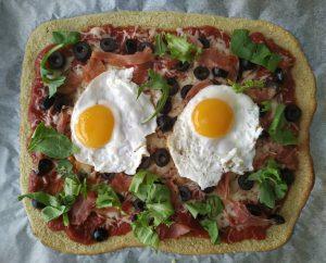 pizza-de-huevo-rucula-aceitunas
