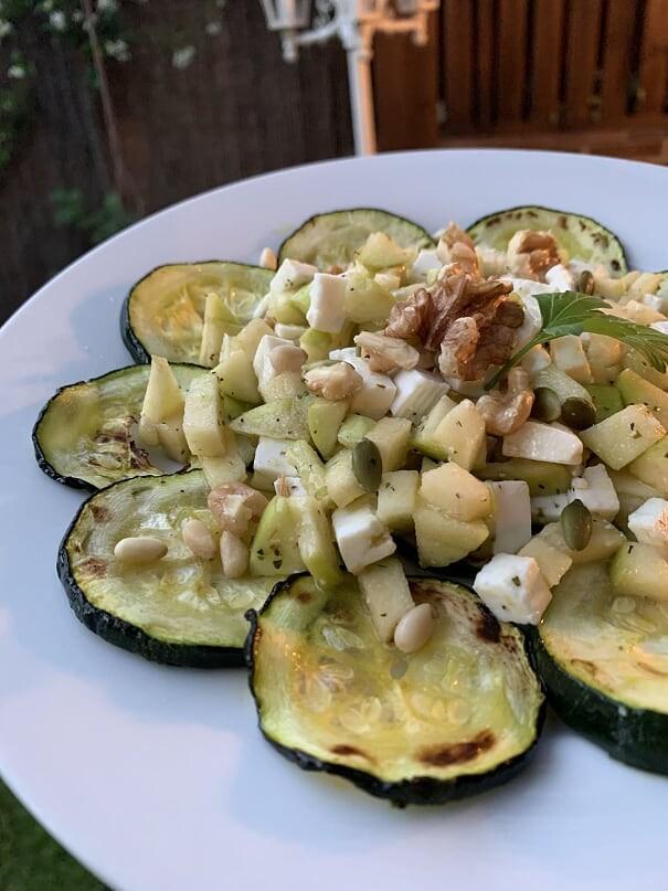 Ensalada veraniega de calabacín y manzana