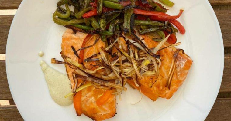 Salmón al papillote con verduras y salsa de eneldo