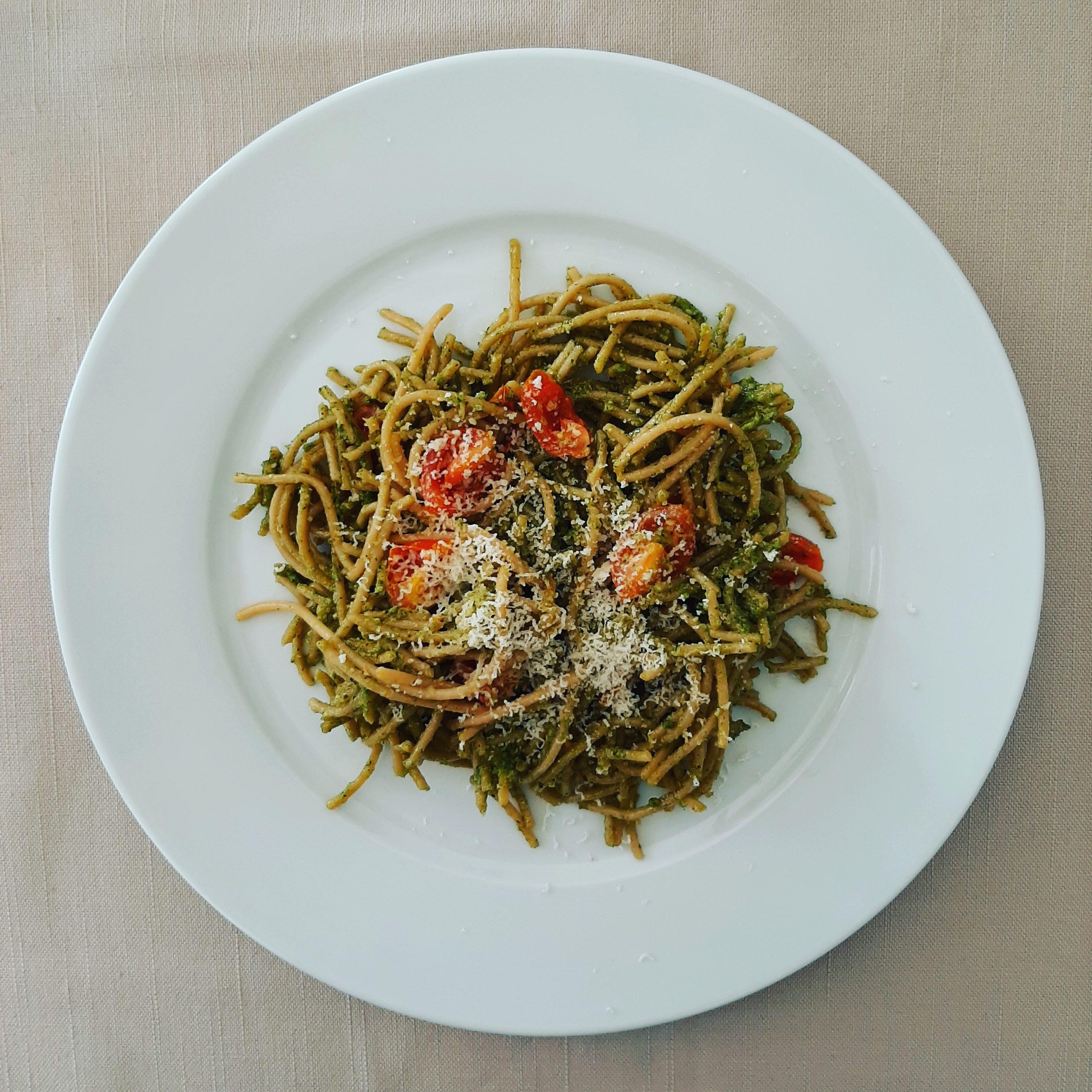 Espaguetis con pesto casero