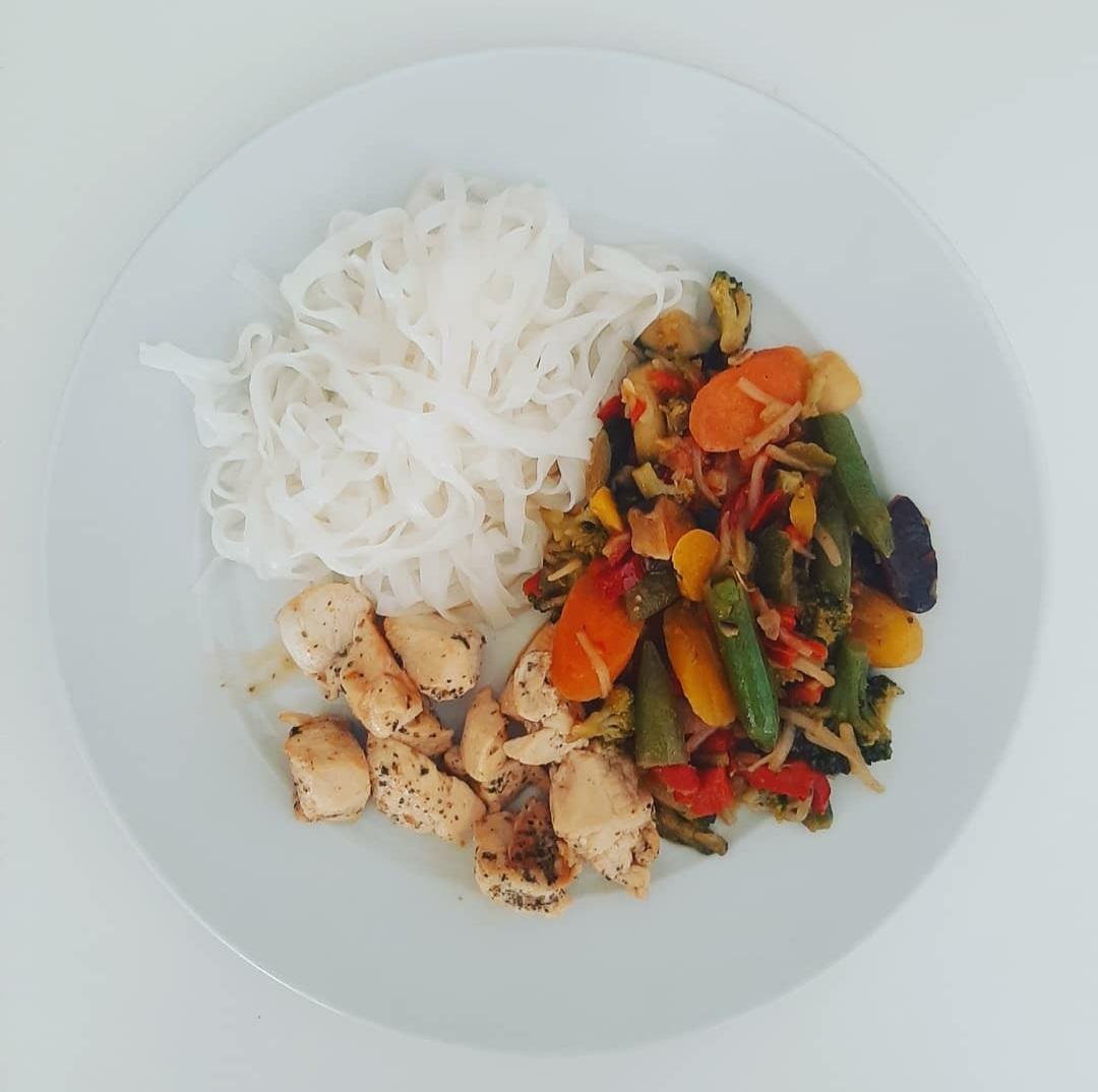Noodles de arroz con wok de verduras y pollo