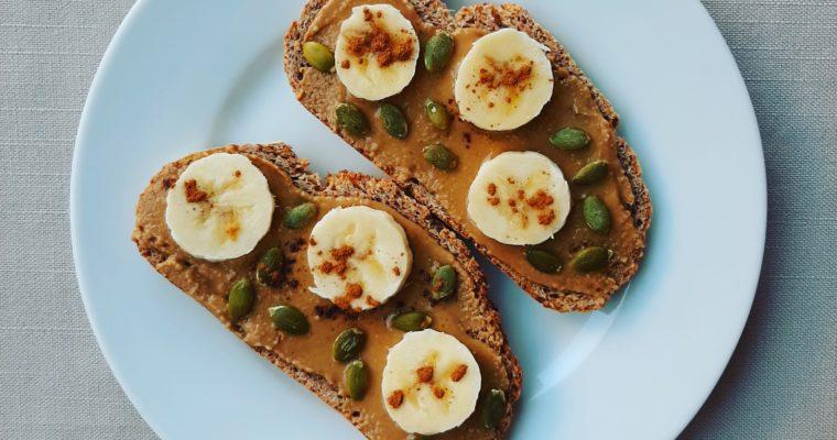Tostada con crema de tahini y plátano