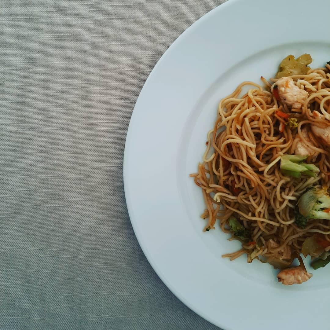 Noodles con verduras y pollo